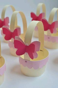 Mini trash bin for cupcakes. Made with scrapbook paper, it is … - Diy and Crafts Mix Felt Crafts, Diy And Crafts, Paper Crafts, Spring Crafts, Holiday Crafts, Butterfly Party, Mothers Day Crafts, Easter Crafts For Kids, Easter Baskets
