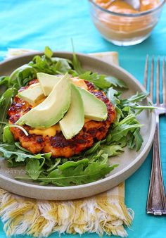 #Recipe: salmon burgers with spicy sauce & avocados.