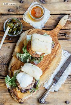 Receta de hamburguesa de frijol y quínoa. Receta con fotografías de cómo hacerla y recomendaciones de cómo servirla. Recetas de hamburguesas ve...