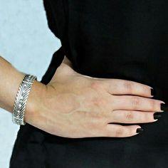 Pulseira de  metal com alto relevo  e detalhes  em  strass,  ótima  opção  para  um  look  casual!  Acesse: 💻 www.minhanovabiju.com.br  #minhanovabiju #acessoriosfemininos #ficaadica #pulseirademetal