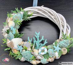 """Kézműves Csodák Műhelye on Instagram: """"Újabb nyári koppantó készült ❤️😍 Átmérője: 22-23 cm Ajándékként küldd egyenesen a címzettnek, ha kísérő szöveget is küldesz mellé mi azt…"""" Wreath Crafts, Coastal Decor, Door Wreaths, Diy And Crafts, Floral Wreath, Summer, How To Make, Beach, Crowns"""