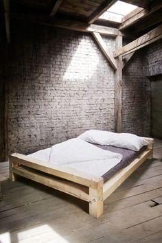 Uberlegen Bett Mit Klarem Design Und Urwüchsiger Materialität. Aus Massiven,sägerauen  Bauholzbalken Und Schweren Holzschrauben
