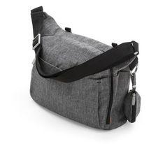 I skötväskan ingår: Skötmatta med hopvikbar skötmatta, napphållare och massor av förvaringsutrymme. Du kan antingen fästa väskan vid vagnen eller hänga den över axeln.