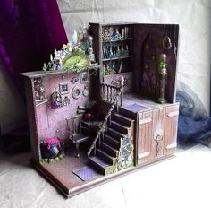 Roombox Alchemy Interior roombox in scale It is a beautiful alchemist's office with many details. All the elements are glued, except for the potion boiler, the armchair and the miniature witch book on the table, which is a real spell bo Vitrine Miniature, Miniature Rooms, Miniature Crafts, Miniature Houses, Miniature Kitchen, Miniature Furniture, Doll Furniture, Haunted Dollhouse, Haunted Dolls