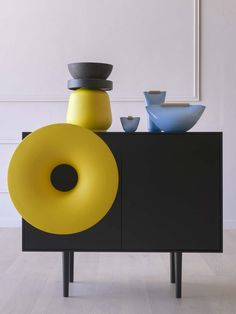 Ambient picture of Caruso with yellow horn and black laquered structure