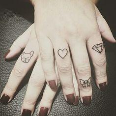 Tatuagens nos dedos, quem aprova? Tatuagem feita por @marilia_tattoo Barra da tijuca | Jacarepaguá | Gávea Rio de Janeiro | Brasil. + infos: lia.tattoo@hotmail.com #diamante #heart #bulldog #lacinho #tattoo #tattoo2me #tatuagem #ink #inked #arte #art #drawing #draw #tatouage #Tatowierung #tatuaje #artenapele #tinta #tatto2me #t2m #euquero #dibujo #dessin #tattoobrasil #brasil