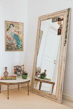 Coloque um espelho grande em moldura de madeira apoiado no chão da sala. Por…