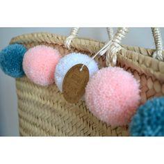 Panier à pompons bleu canard, rose poudré et blanc. À venir découvrir sur www.boutiqueboheme.fr