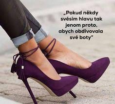 Pokud někdy svěsím hlavu, tak jenom proto, abych obdivovala své boty.