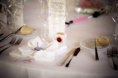 Decoración mesas, regalo chapa personalizada Up para invitados, servilleta de tela en forma de flor, regalo solidario narices de payaso Fundación Theodora. Boda Alberto&Ronak, 14 mayo 2016