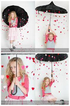wer braucht schon Valentinstagsfotos... aber Regenschirme mit Herzchen dran? Süß!