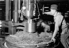Machinist Milling Down Part of Driveshaft for Locomotive on Niles Bement Pond Co. Metal Working Machines, Vertical Milling Machine, White Tractor, Cnc, Types Of Welding, Heavy Construction Equipment, American Manufacturing, Pennsylvania Railroad, Old Tools
