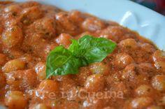 Gnocchetti sugo, pesto e ricotta: sono un primo piatto semplice e di stagione. Approfittiamo del basilico fresco per fare un profumatissimo pesto e di una buona ricotta che dà quel gusto in più!