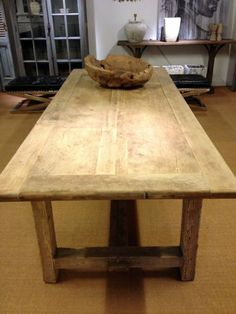 Houten tafel. tafel van oud hout. deze antieke houten tafel.