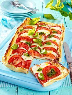 Rot-weiß-grüne Leckerei: Pizza Caprese mit Pesto