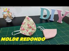 COMO FAZER MÁSCARA DE TECIDO SIMPLES - MOLDE REDONDO - YouTube Bandanas, Neck Pillow Travel, Sewing Clothes, Paper Flowers, Hand Embroidery, Hand Sewing, Sunglasses Case, Make It Yourself, Crafty