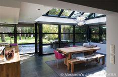 In deze moderne leefveranda beschikt over een open keuken en eetruimte die zicht…