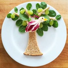 Getting Creative with Fruits and Vegetables: 40+ Cute Creations Fruits Deguises, Fruits And Vegetables, Fruit Decorations, Food Decoration, Fruit Animals, Fruit Creations, Food Art For Kids, Creative Food Art, Food Carving
