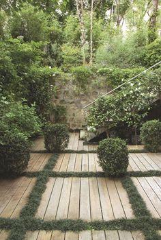 Pierre-Alexandre Risser a rythmé le platelage par des lignes d'ophiopogons, camélias du Japon. horticultureetjardins.com