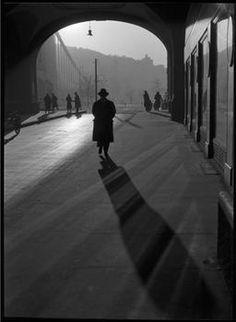 Szerző:Kinszki Imre (1901-1945)  Cím:[A piarista gimnázium alatti átjáró] [Fénykép] : [árnyék, tükröződés, átlós kompozíció]  Dátum:[1930-as évek] Budapest, Sidewalk, Photoshop, Photography, Shadows, Google Search, Art, Art Background, Photograph