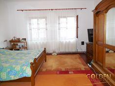 Vand apartament 3 camere la casa, zona centrala Intim-Parneava, etaj 1/1, spatios 123 mp, semidecomandat, compus din 2 camere cu geamuri la strada, sufragerie, bucatarie mare, camara alimente, baie cu geam, hol foarte spatios si pod mansardabil.  Pret: 49.500 Euro.  Agent: Daniela Dranau Telefon: 0730631767 Curtains, Bed, Furniture, Home Decor, Insulated Curtains, Home Furnishings, Interior Design, Home Interiors, Decoration Home