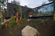Built by elton+léniz arquitectos asociados in Lago Ranco, Chile with date Images by Marcos Mendizabal. The house is located in a privileged area of ground in terms of views, orientation, etc. so the shape of the house a. Design Exterior, Black Exterior, Rustic Houses Exterior, Architecture Résidentielle, Sustainable Architecture, Modern Rustic Homes, Mountain Modern, Freundlich, Coastal Homes