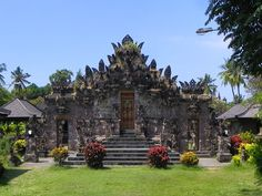 The Pura Beji was built by the local rice growing cooperative (Subak) in the fifteenth century in honour of the rice goddess Dewi Sri.