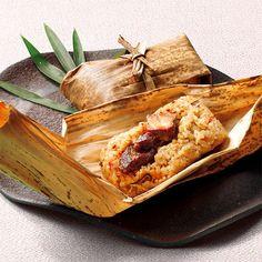 東坡煮とは豚肉の角煮のことです。坂本屋の東坡煮は素材を吟味し、職人が手をかけ時間をかけじっくりと煮込んで「とろとろ、ほろり」とした食感を作り出します。この名物、東坡煮と長崎県産コシヒカリ、もち米、にんじん、椎茸、ごぼうと秘伝の東坡煮の煮汁を竹皮に包んで炊き上げた「角煮めし」は竹皮の香りがひろがるやさしい味わいが特徴です。蒸し器や電子レンジで気軽に名店の味をお楽しみいただけます。