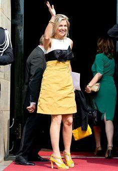 Reina Máxima de Holanda. 'Look': Esta primavera estamos viendo a Máxima apostar fuerte por los tonos cítricos. Y lo hace con un vestido en blanco, negro y amarillo, y lazo 'XL' en el cuerpo. Siguiendo con el color predominante del conjunto, la Reina de los holandeses se calza unas originales sandalias y luce un 'mini-bolso' con cadenas al hombro.