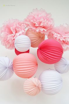 decorations details with pompons and paper ballons for this ballerina party
