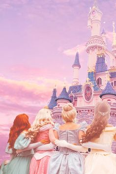 disney princess Disney Princesses looking up at the beautiful castle in Disneyland Paris. Aurora, Ariel, Cinderella and Belle in a beautiful pastel Disney aesthetic. Disney Princess he Disney World Fotos, Disney World Pictures, Disney Parks, Disney Pixar, Disney Characters, All Disney Princesses, Punk Disney, Disney Land, Disney Movies