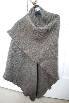 Ravelry: Gaskell pattern by SJ Looking for a nice garter stitch shawl pattern? This may be the perfect one. Or use seed stitch with this border. Knitting Needles, Knitting Yarn, Hand Knitting, Knitting Machine, Vintage Knitting, Knit Cowl, Knitted Shawls, Shawl Patterns, Knitting Patterns