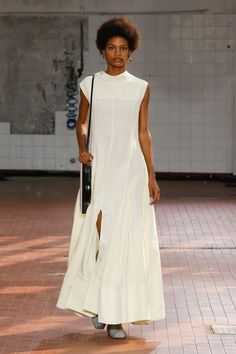 Jil Sander Spring 2019 Ready-to-Wear Fashion Show Collection: See the complete Jil Sander Spring 2019 Ready-to-Wear collection. Look 34 White Fashion, Teen Fashion, Runway Fashion, Fashion Tips, Fashion Design, Fashion Trends, 2000s Fashion, Vogue Fashion, Womens Fashion
