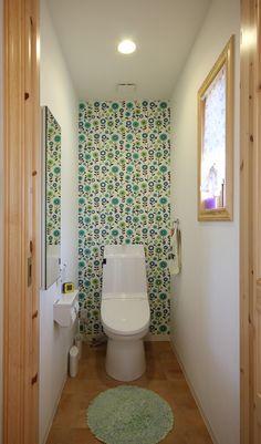 ヴィンテージ カントリー インテリア トイレ - Google 検索 Small Space Living, Small Spaces, Living Spaces, Small Toilet Room, New Homes, Curtains, Mirror, Bathroom, Interior