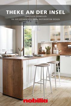 Wenn die Insel um eine aufgesetzte Arbeitsplatte erweitert wird, ergeben sich ganz neue Möglichkeiten bei der Küchenplanung mit nobilia: Zum einen vergrößert sich der verfügbare Arbeitsbereich mit zusätzlicher Ablagefläche. Zum anderen kann die Kücheninsel als gemütliche Thekenlösung genutzt werden, denn durch die überstehende Arbeitsplatte ergeben sich komfortable Beinfreiheiten. #nobilia #küchenplanung #küchentheke Design, Retail Counter, Countertop, Home Kitchens