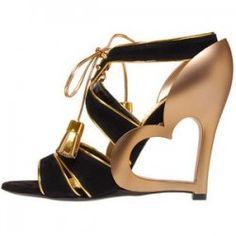 Sapatos com Saltos Diferentes