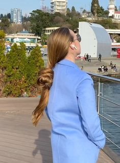 VIDEO - If you saw this, you wouldn't believe your eyes! Long Hair Ponytail, Bun Hairstyles For Long Hair, Long Hair Play, Very Long Hair, Big Bun, Playing With Hair, Hair Buns, Layered Cuts, Shiny Hair