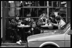 ニュース写真 : British rock band Oasis outside a cafe in Frith...