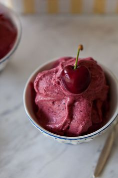 This cherry banana ice cream is not only delicious and refreshing but also healthy, vegan and gluten-free, what an amazing treat! Banana Ice Cream Healthy, Paleo Ice Cream, Banana Nice Cream, Ice Cream Recipes, Frozen Cherries, Sweet Cherries, Frozen Desserts, Frozen Treats, Vegan Desserts
