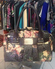 Bolsa #Saad #original de #couro com estampa e bolsos internos  fantástica .  Bolsa:#Saad/R$39900  #brechócamarimtododianovidade  #brecho.
