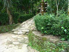 ngõ đá dẫn vào nhà kiến trúc đặc trưng làng cổ Lộc Yên