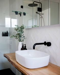 White tiles with white grout – Weiße Fliesen mit weißem Fugenmörtel – Decor, Interior, White Tiles, Bathroom Inspiration Modern, Stylish Bathroom, Home Decor, Bathroom Inspiration Decor, Bathroom Decor, Black Bathroom