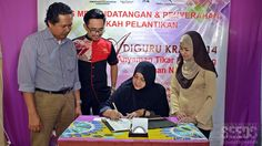 Malaysian Craft Preservation Department director Ruslah Khalid (sitting) signing the official appointment letter of Adiguru Kraf 2014 specially mean for Ngot Bi