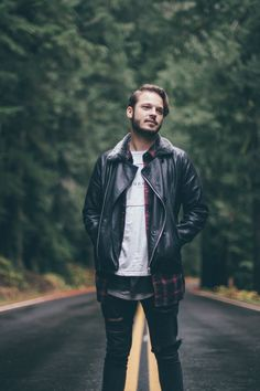 Man Wearing Black Leather Jacket Standing on Highway in the Middle of Green Trees Hipster Stil, Style Hipster, Hipster Fashion, Mens Fashion, Style Fashion, Fashion Ideas, Forest Photography, Photography Poses For Men, Photography Portraits