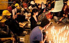 Activistas encienden velas durante una manifestación en Estambul, Turquía, país que se ha visto azotado los últimos días por una ola de protestas antigubernamentales.