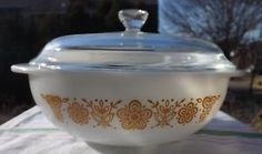 RARE-Vintage-Pyrex-Butterfly-Gold-024-with-lid-HTF