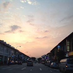 On the road - #sunset @ Geylang Rd #singapore #nofilter #iphone4s #sg #clouds #sky #guosheng #guoshengz