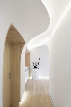 Diese Kurven in den Decken und Wänden bringen in Verbindung mit der Beleuchtung eine belebende und harmonische Dynamik in den Raum - archdaily.com / Photo by Courtesy of penda