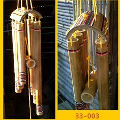 Sino dos Ventos VK 33-003  O Sino dos Ventos do modelo indígena tem 6 tubos de bambu tratado, decorado com desenhos indígenas e envernizados para melhor conservação. As cordas são de fio de pvc vermelho que tem alta durabilidade.    Os Sinos dos Ventos são usados para melhorar a energia do ambien...