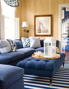 divan bleu foncé et bois donnant un ensemble rappelant la mer